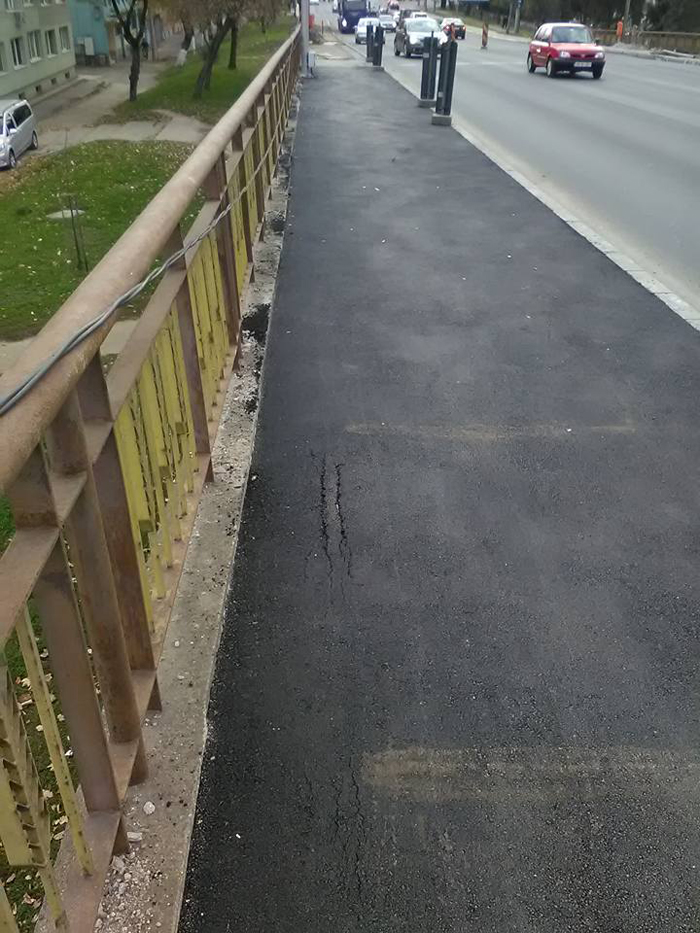 Primele crăpături în trotuarul de pe Podul Decebal (Foto)