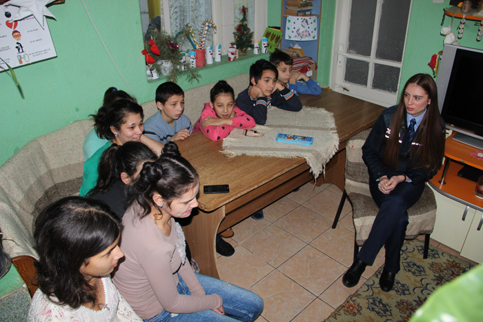 """Polițiști în vizită la copiii de Casa de tip familial """"Ștefania"""" din Oar"""