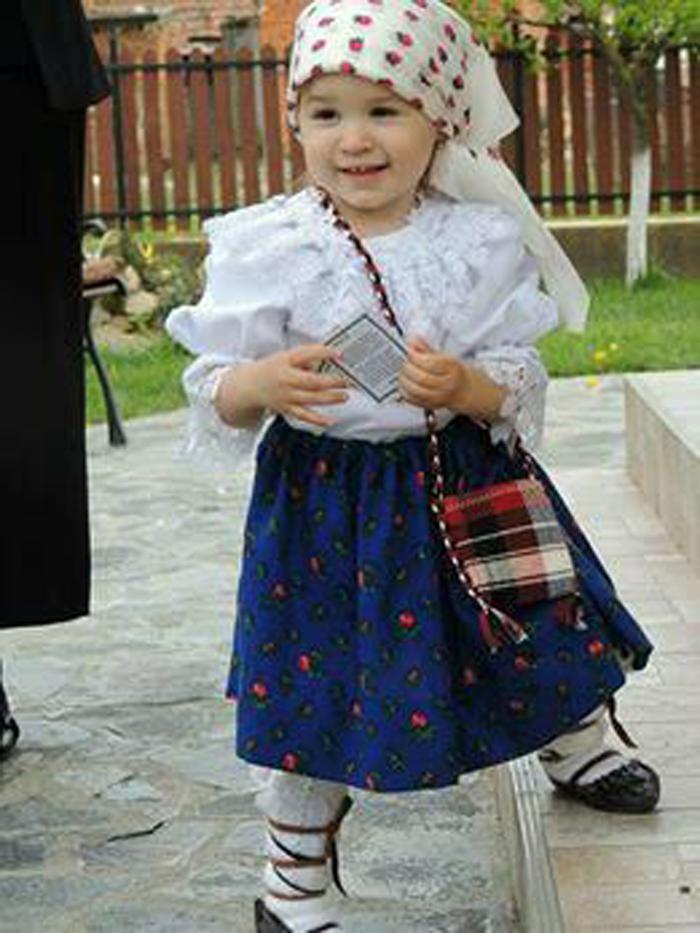 Micuța Antonia are nevoie de ajutor. Copila a fost operată de 11 ori