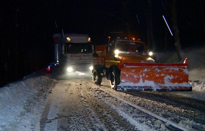 TIR-uri blocate la Huta Certeze. Șoferii nu răzbesc printre nămeți