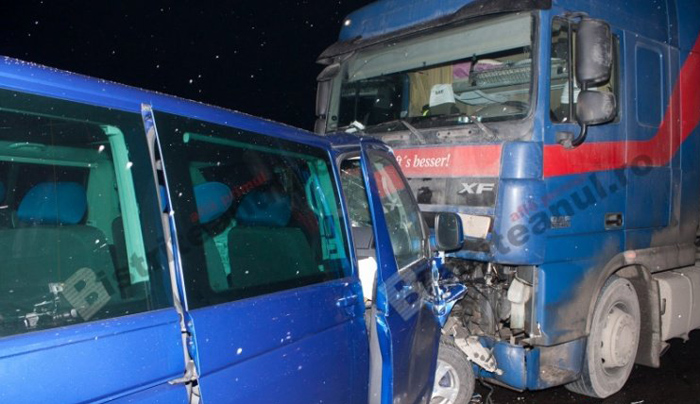 Doi răniți după ce un microbuz s-a ciocnit cu o cisternă. Microbuzul venea spre Satu Mare (Video)