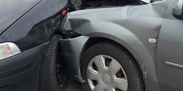 A intrat cu mașina într-un autoturism parcat