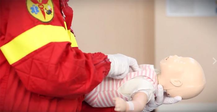 Lecție de prim ajutor: Ce e de făcut când bebelușul se îneacă cu mâncare? (Video)