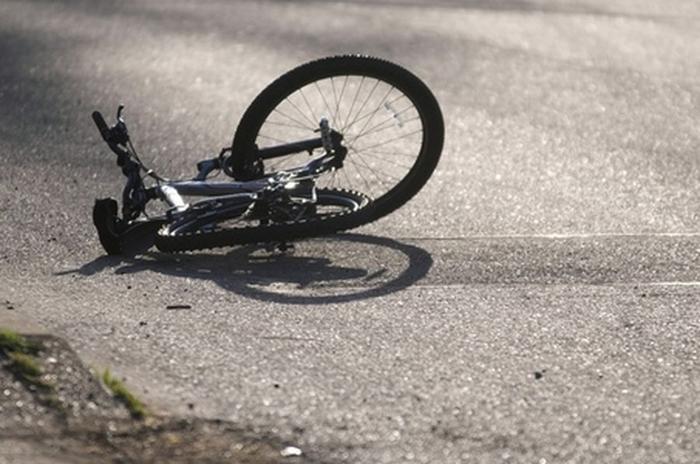 Biciclista calcata de o masina. Victima în stare grava