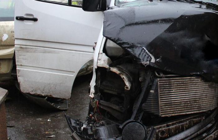 Microbuz implicat într-un accident. Mai multe persoane au ajuns la spital