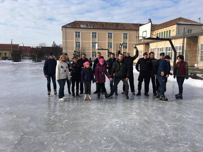 Liber la patinaj în curtea unei școli din Satu Mare. Vezi detalii