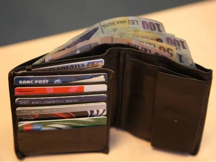 Un tânăr a găsit un portmoneu plin cu bani. Ce a urmat