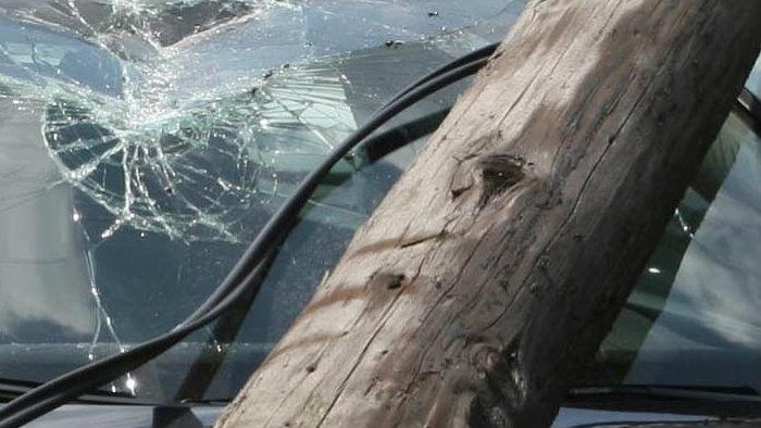 Mort de beat, a intrat cu mașina într-un stâlp