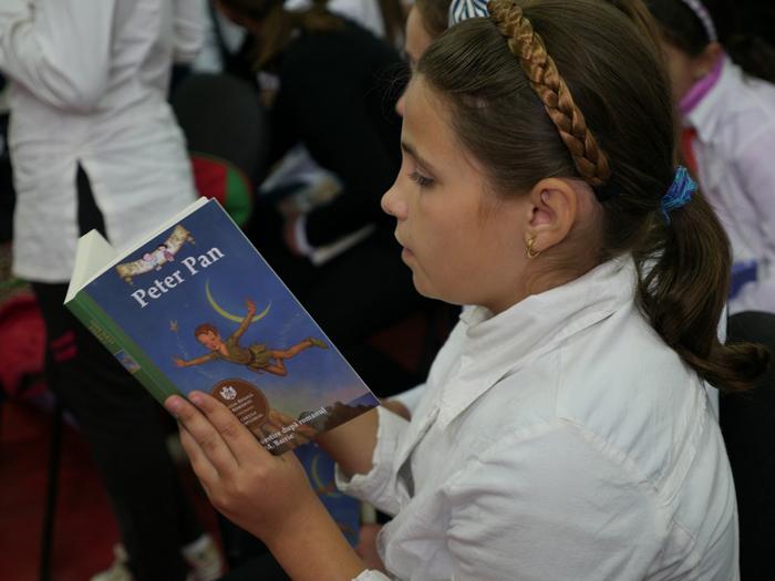 """Asociația """"Curtea Veche"""" oferă cărți pentru copiii din Tășnad"""