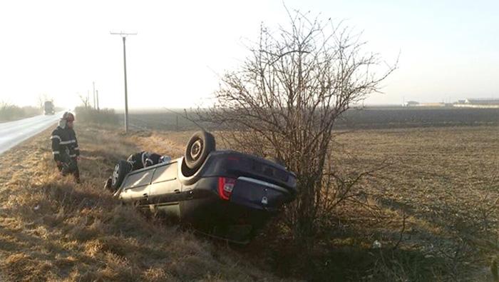 Accident grav. S-a dat cu mașina peste cap