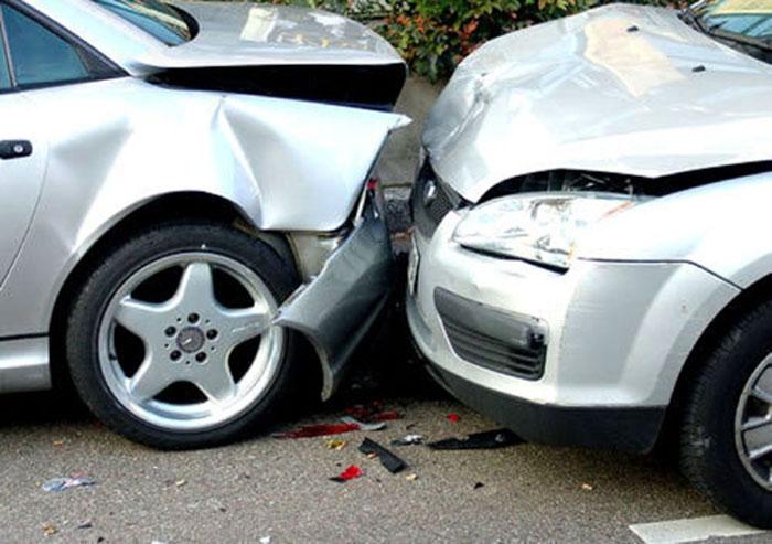 Beat și neatent la drum, a lovit o mașină parcată