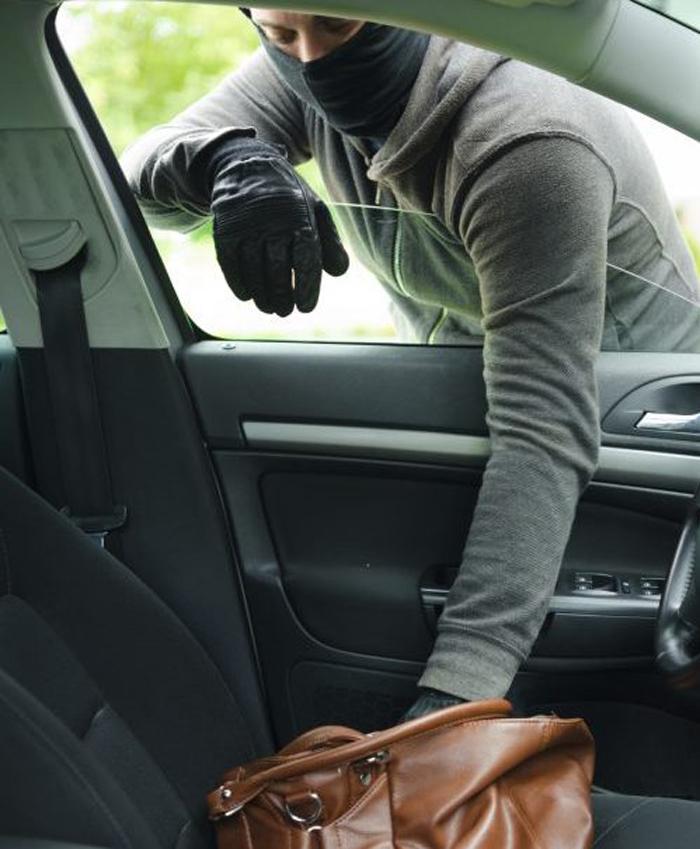 A furat bani dintr-o mașină