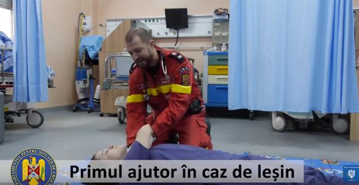 Primul ajutor în caz de leșin. Ce trebuie făcut (Video)