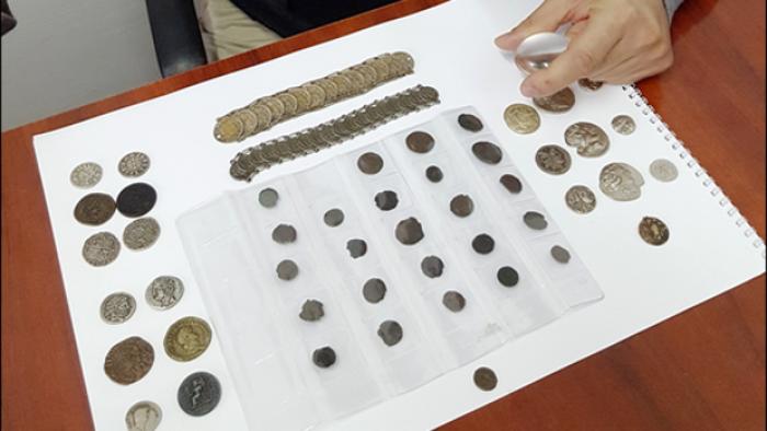 A vrut să vândă monede antice. Polițiștii i-au făcut dosar penal