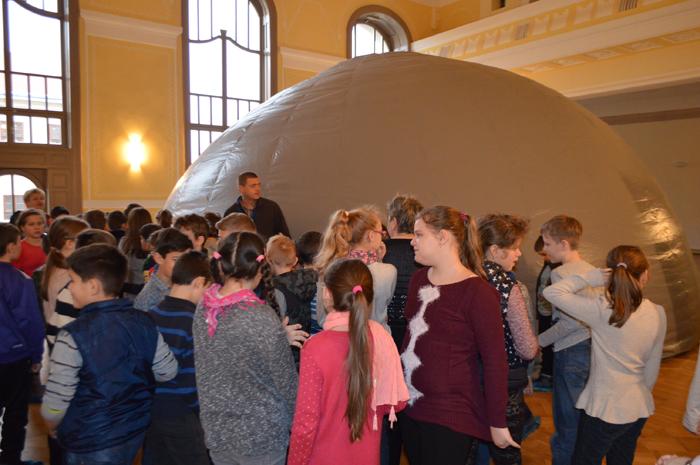 Lecție de astronomie la planetariul mobil din Satu Mare (Foto&video)