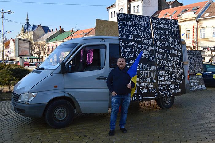 Un sătmărean protestează împotriva sistemului (Foto)