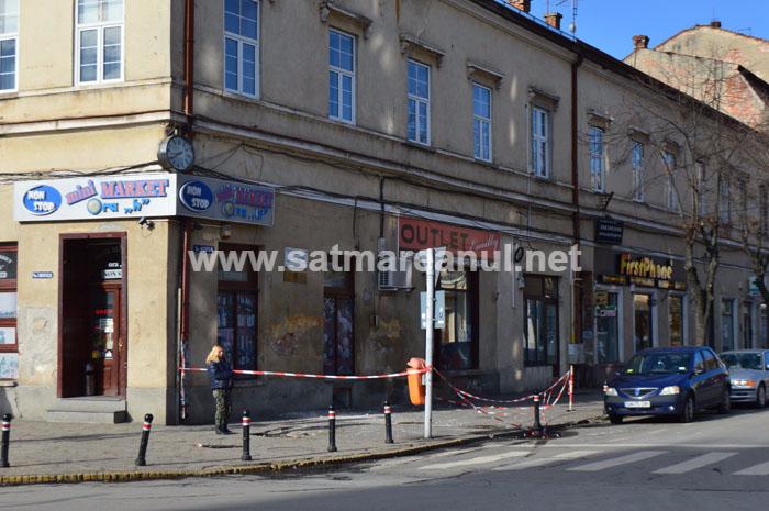 Cade tencuiala de pe clădiri (Foto)