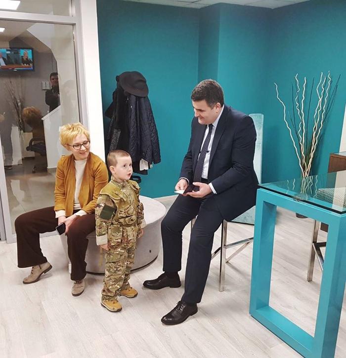 Cine este copilul care l-a impresionat pe ministrul Apărării, Gabriel Leș (Foto)