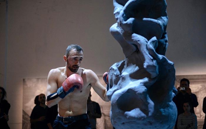Sculptor cu mănuși de box. Un sătmărean impresionează întreaga lume cu arta sa (Foto)