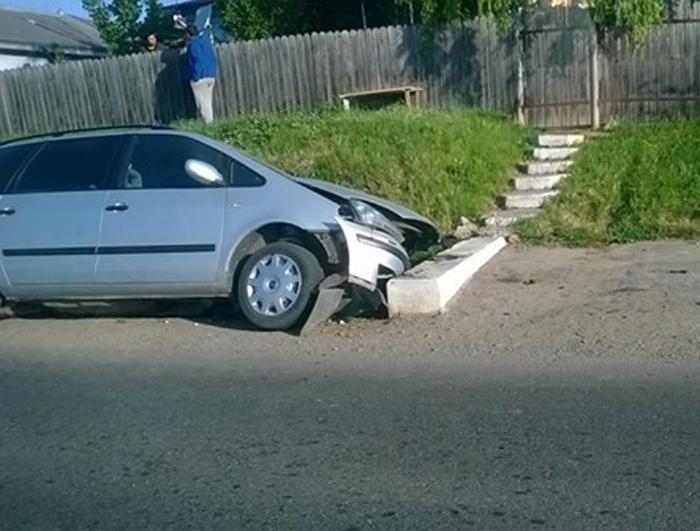 Femeie rănită într-un accident. S-a izbit cu mașina de un podeț