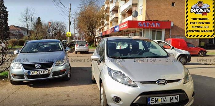Slalom printre mașinile parcate pe trotuar (foto)