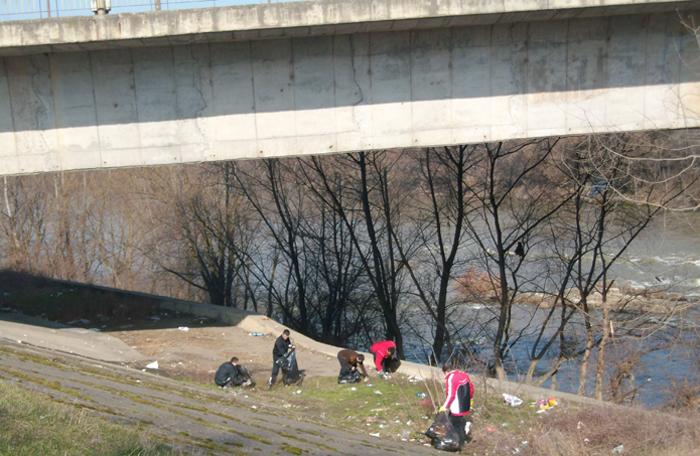 Deținuții au făcut curățenie pe digurile râului Someș