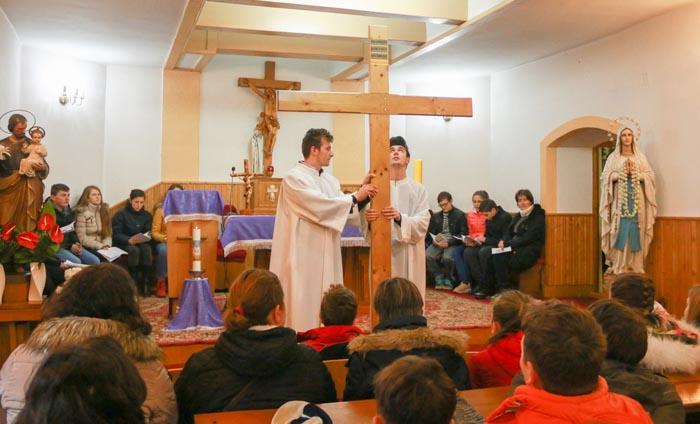 """Sute de tineri au parcurs """"Calea Sfintei Cruci"""""""