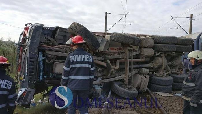 Accident cumplit. Camion lovit de trenul Satu Mare – București (Foto)