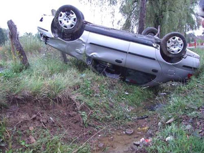 A intrat cu mașina într-un cap de pod, și a fugit de la locul accidentului