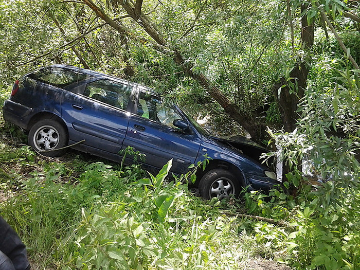Mort de beat a intrat cu mașina într-un copac. O tânără, rănită în accident