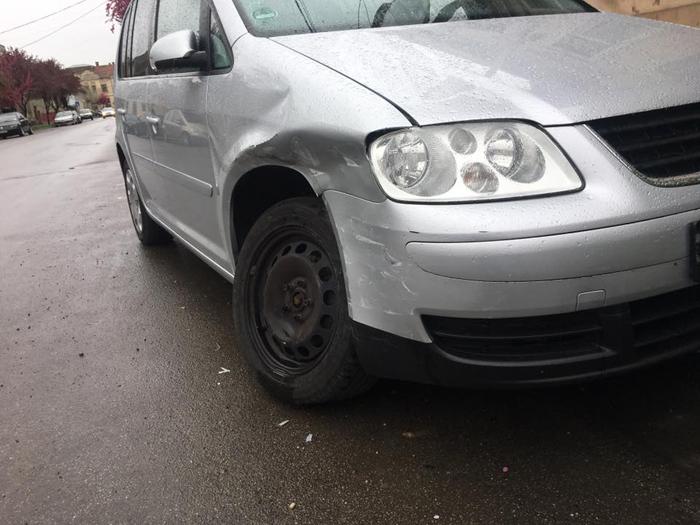 Mașină avariată pe o stradă din Satu Mare. Vinovatul (sau vinovata), căutat(ă) pe Facebook (Foto)