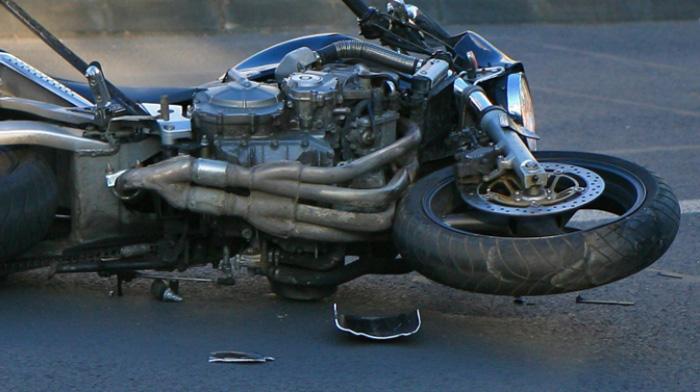 Accident în Satu Mare. Motociclist luat pe capotă