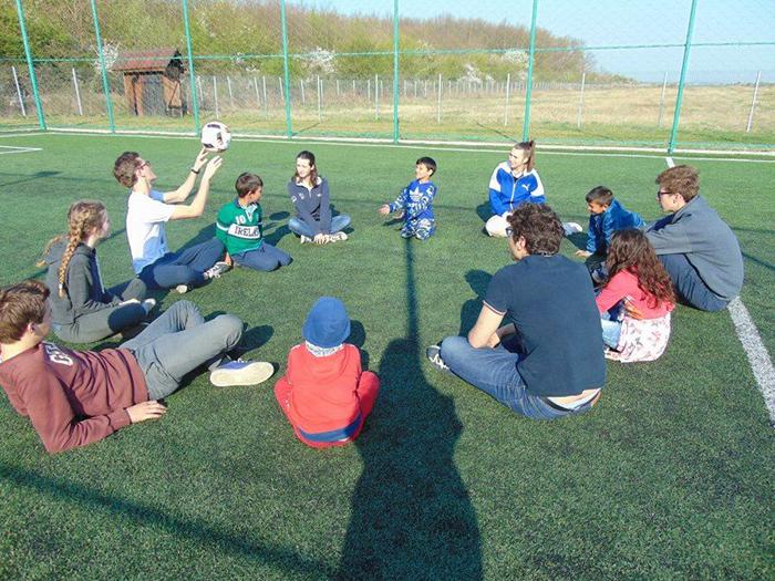 Liceeni francezi, în tabără cu copiii din mediile defavorizate (Foto)
