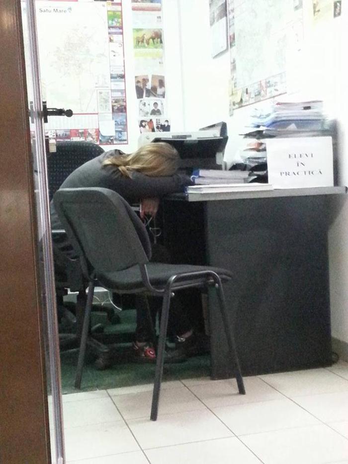 Practică la Finanțele locale, cu manele și somn de voie bună (Foto)