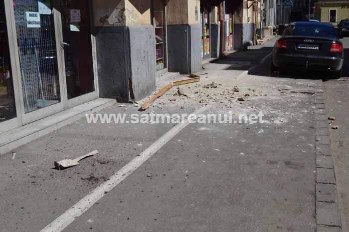 Plin de bucăți de tencuială pe un trotuar din Satu Mare (Foto)