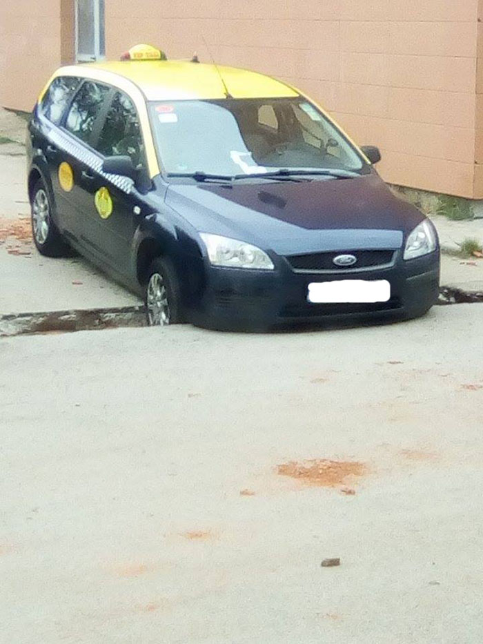 A ajuns cu taxiul într-un șanț nesemnalizat (foto)