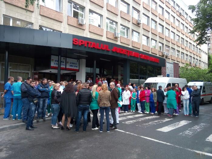 Protest la Spitalul Județean. Medicii au ieșit în curtea spitalului (foto&video)