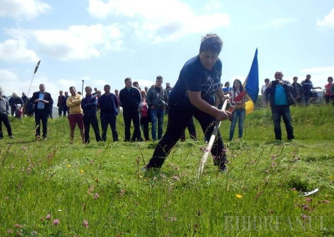 O româncă este campioană europeană la cosit iarba (Foto)