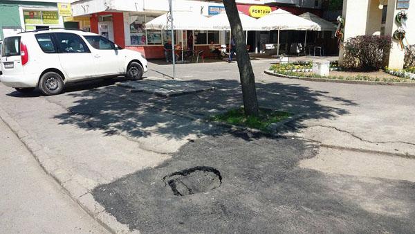 Lucrare de mântuială în Satu Mare ! Crater într-un trotuar proaspăt reparat (Foto)