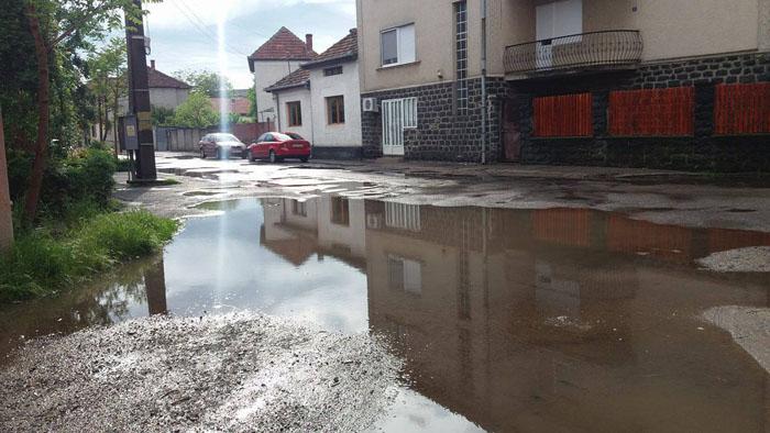 Apa băltește pe străzile din oraș. Sătmărenii sunt revoltați (Foto)