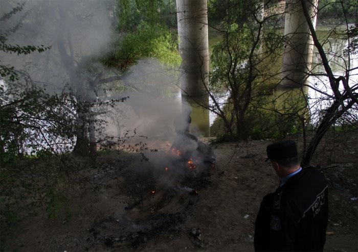 Pericol public: A făcut foc sub Podul Decebal ! (Foto)