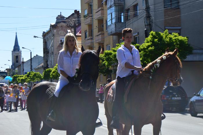 """Sute de sătmăreni la """"Parada florilor"""". Alaiul, condus de doi călăreți (Galerie foto&video)"""