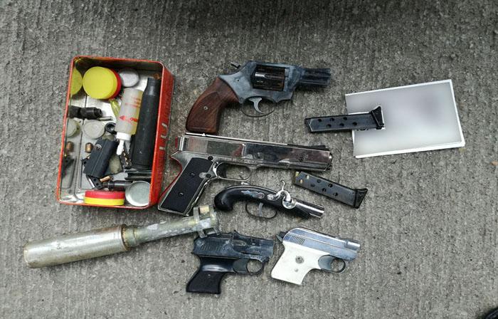 Pistoale și muniție, descoperite într-o mașină la PTF Petea