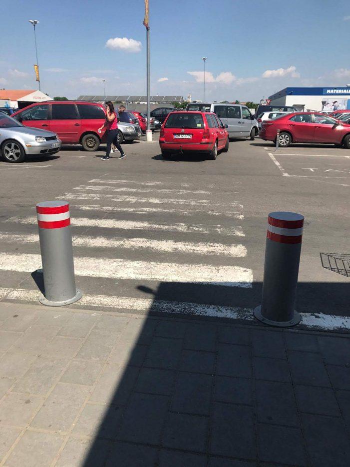În ce lume trăim, oameni buni ? Tineri snopiți în bătaie în parcarea de la Auchan