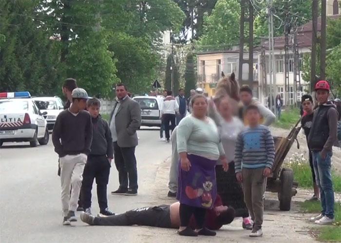 Scandal în centrul Medieșului. Au ieșit din birt și s-au luat la bătaie (Foto)