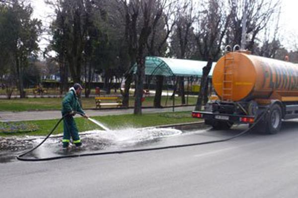 Străzile și trotuarele din oraș vor fi spălate. Vezi orarul pe străzi