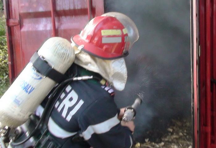 O locomotivă a luat foc. Pompierii intervin de urgență