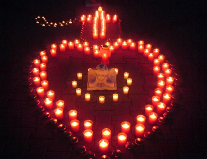 Lumânări și candele pentru copiii trecuți în neființă, duminică, în Centrul Nou