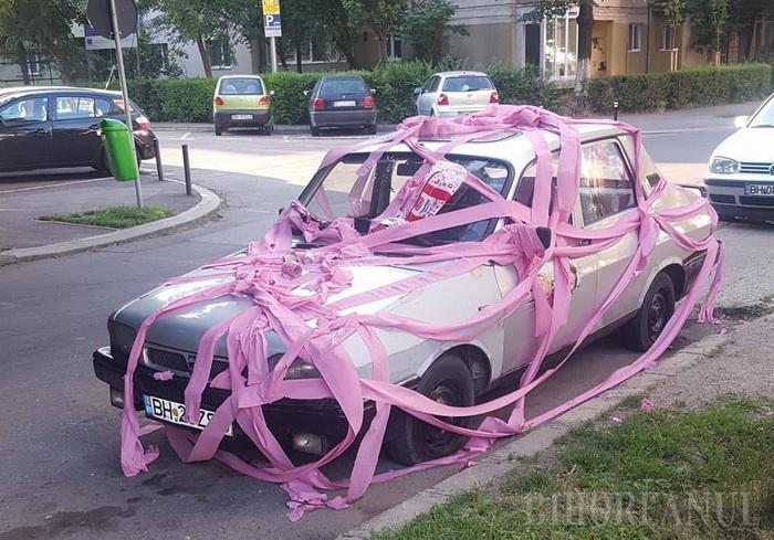 """O mașină parcată neregulamentar, """"împachetată"""" în hârtie igienică (Foto)"""