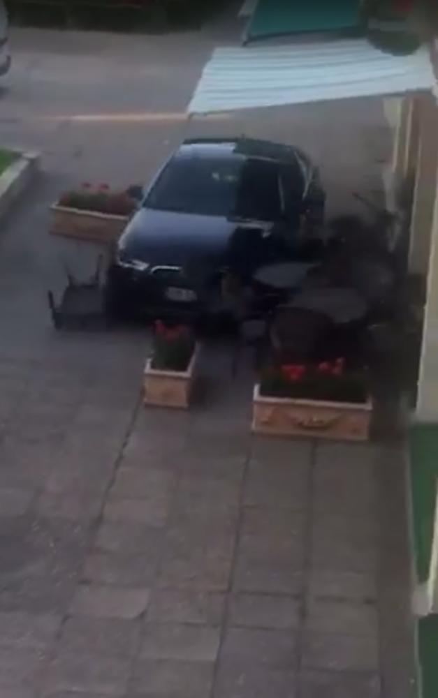 Scandalagiul care a distrus cu mașina teresa unui local din Satu Mare, audiat de polițiști (Video)